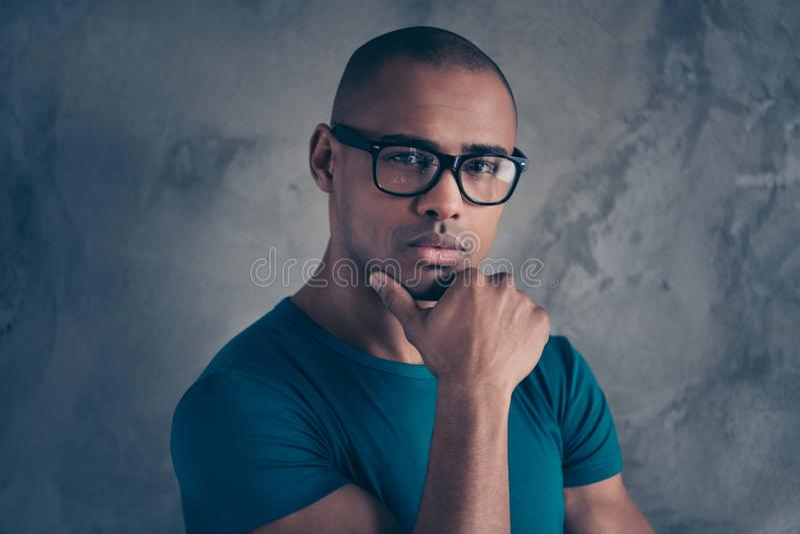 Portrait en gros plan à lui il gentil beau type songeur beau viril attirant mignon utilisant le T-shirt bleu moderne images stock