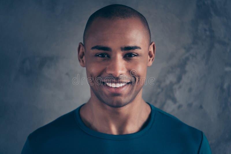 Portrait en gros plan à lui il gentil heureux type positif gai gai attirant mignon portant le style occasionnel t bleu à la mode image stock