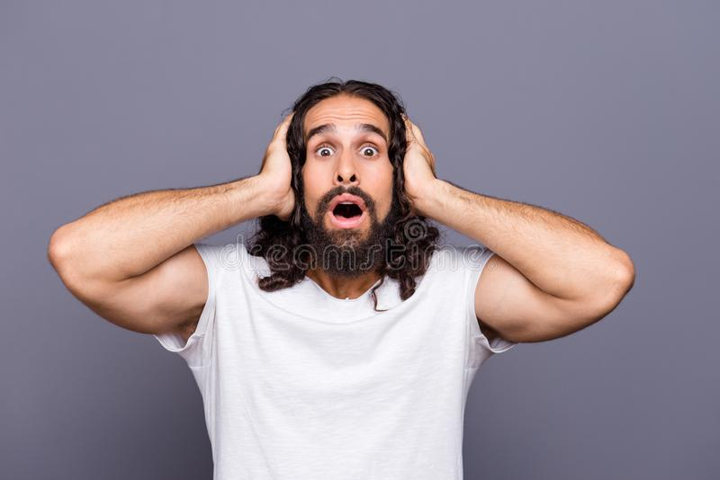 Portrait en gros plan à lui il gentil type aux cheveux ondulés effrayé effrayé attirant toiletté touchant la tête d'isolement au- images libres de droits