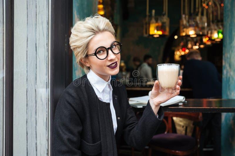 Portrait en gros plan avec la fille de sourire tenant la tasse de café image stock