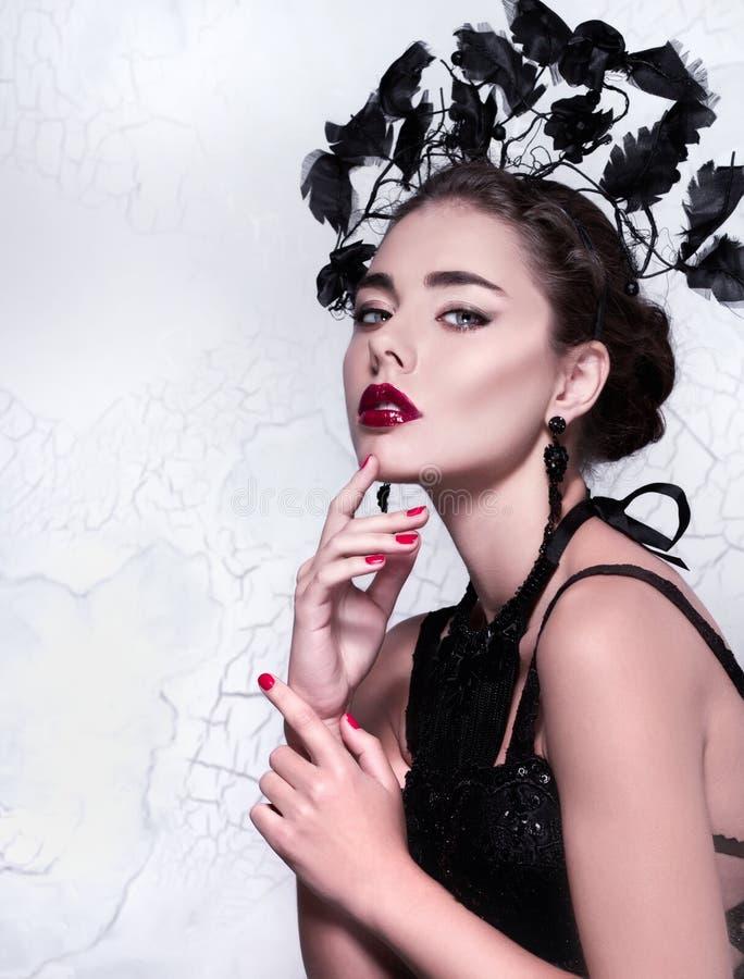 Portrait en gros plan créatif de beauté/mode d'une belle fille utilisant l'équipement et les accessoires élégants peu communs images libres de droits
