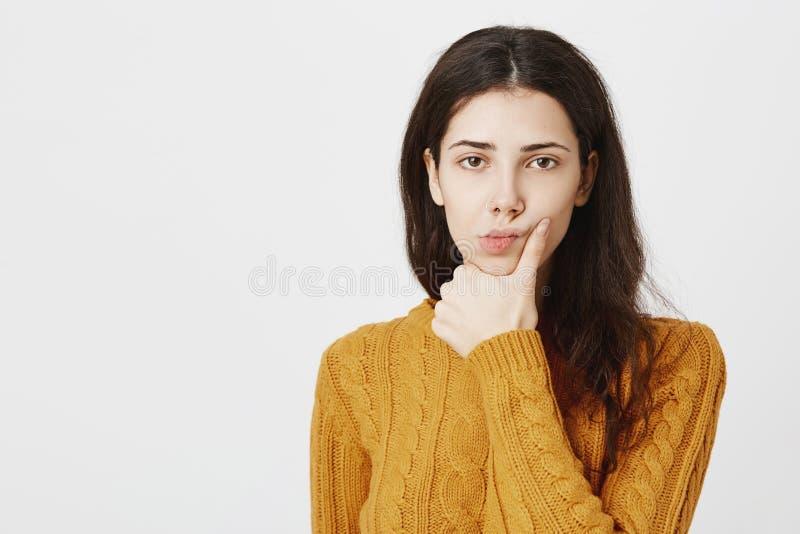 Portrait en gros plan d'aversion ou d'ennui de expression femelle attrayante sombre, tenant la main sur ching tout en pensant env photographie stock libre de droits