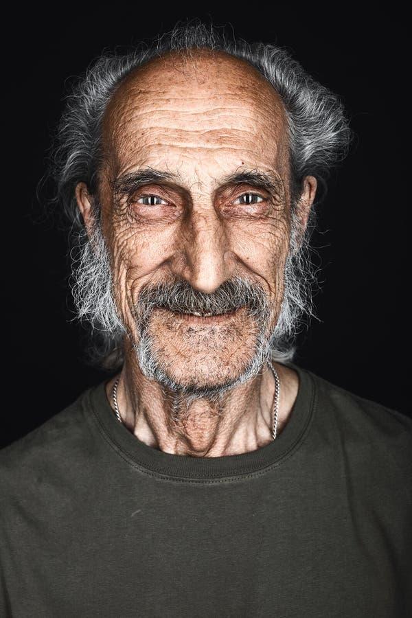 Portrait en gros plan d'homme supérieur heureux avec les cheveux, la barbe et la moustache gris images stock