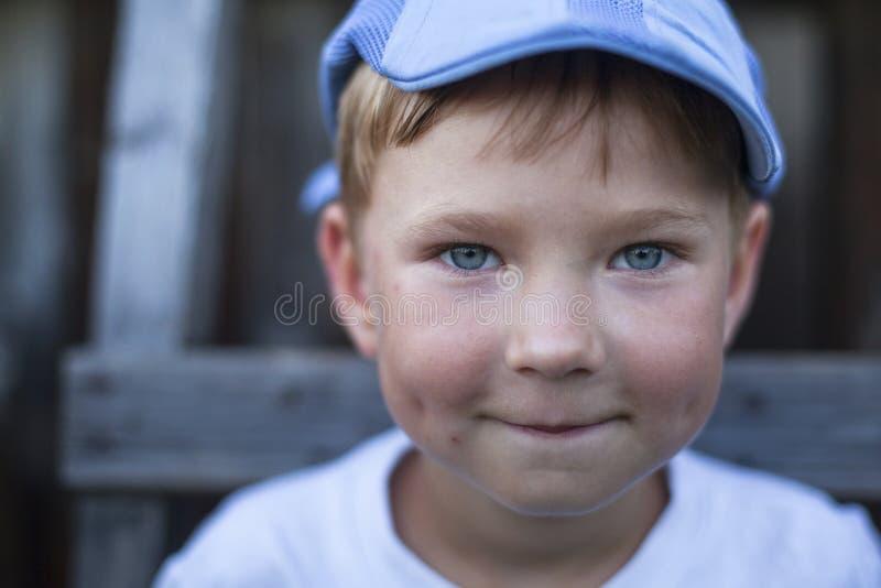 Portrait en gros plan d'un petit garçon drôle photo stock