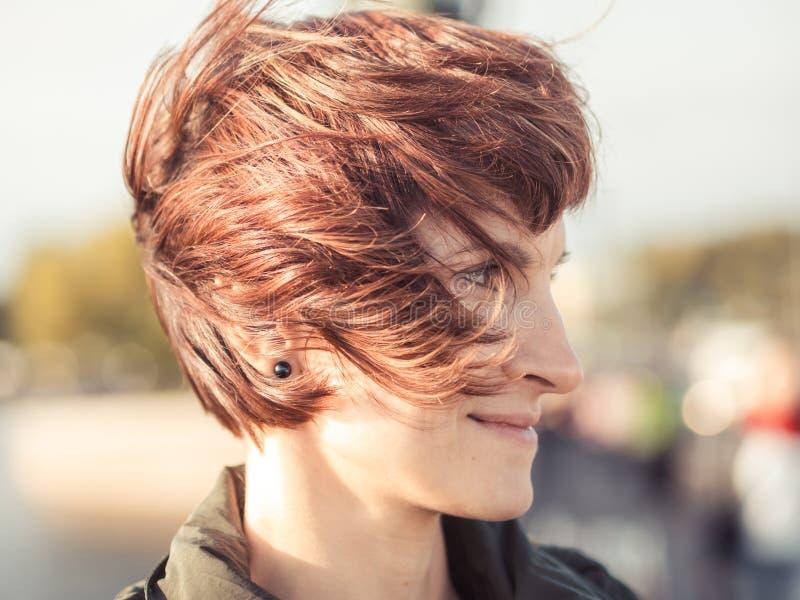 Portrait en gros plan d'une belle femme avec le flutterin brun de cheveux photographie stock