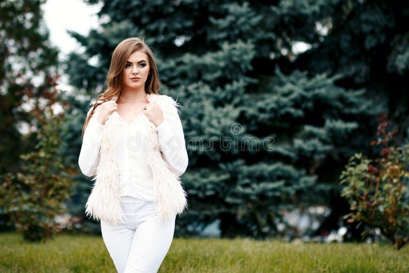 Portrait en gros plan d'une belle jeune fille ou affaires sûre photo stock