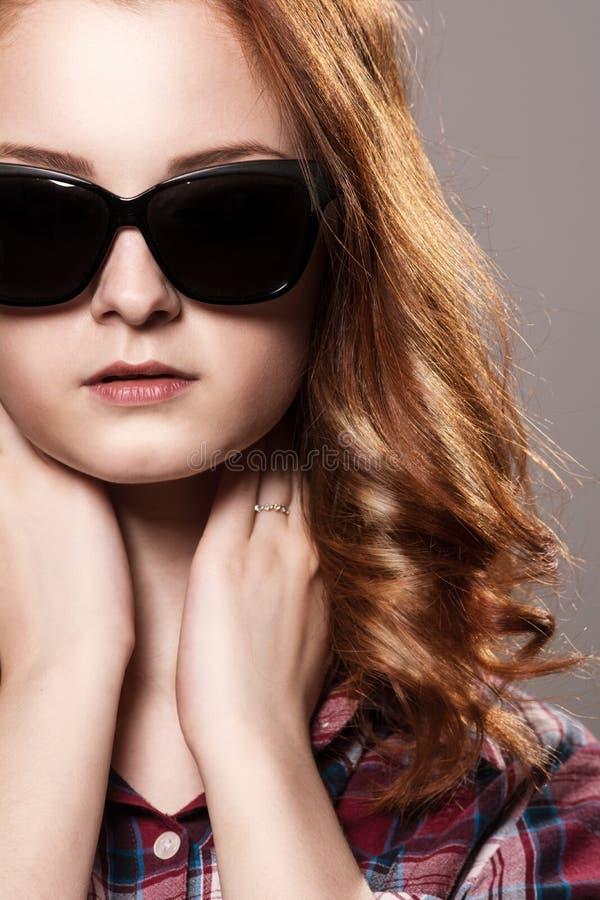 Portrait en gros plan d'une belle jeune fille rousse dans le sungla photo libre de droits