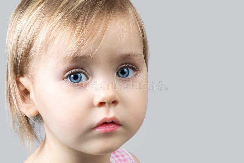 Portrait en gros plan d'une belle petite fille images libres de droits