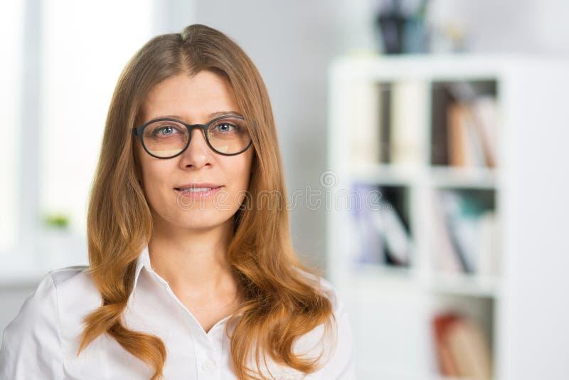 Portrait en gros plan d'une femme d'une cinquantaine d'années d'affaires photos stock
