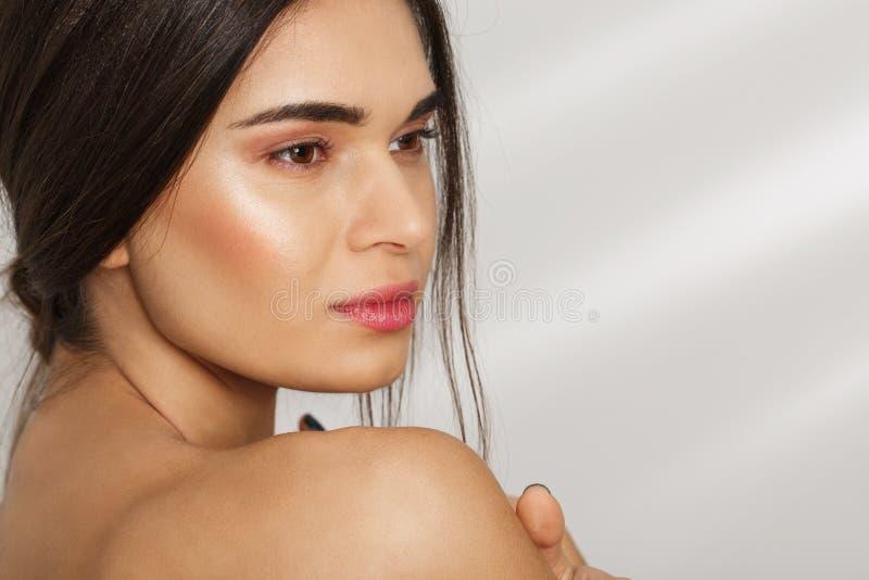 Portrait en gros plan d'une fille après des procédures de station thermale realaxing Copiez l'espace photos stock