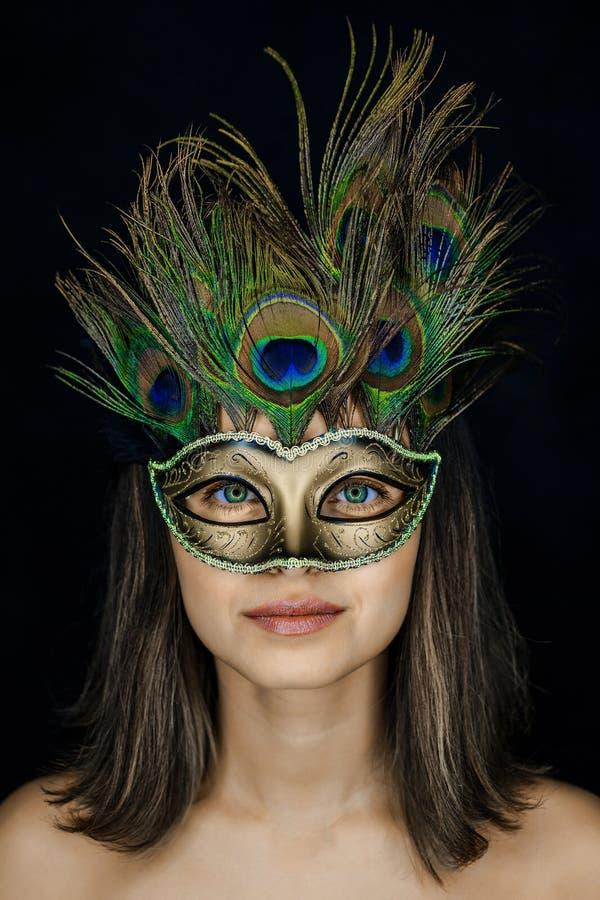 Portrait en gros plan d'une jeune belle femme dans un masque vénitien de mascarade photos stock