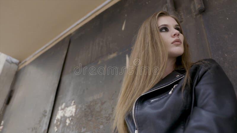 Portrait en gros plan d'une jeune belle fille ? la mode posant sur la rue action Concept de mode du ` s de femmes image libre de droits