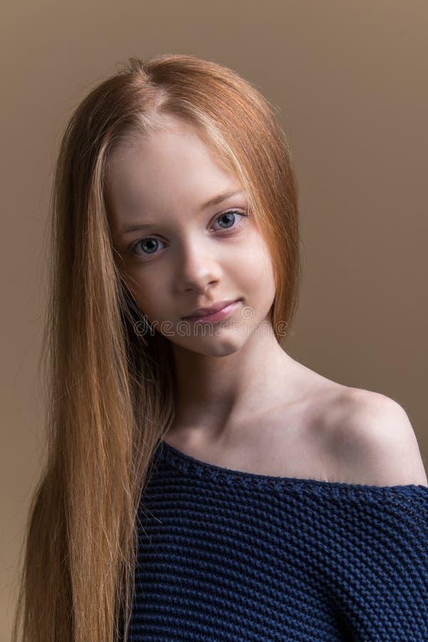 Portrait en gros plan de beau jeune roux dans le studio sur le fond beige photo stock