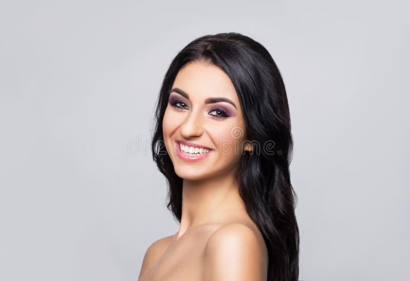 Portrait en gros plan de beauté de belle, fraîche et en bonne santé fille Visage humain au-dessus de fond gris image libre de droits