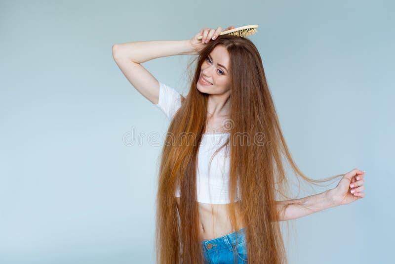 Portrait en gros plan de beauté de belle jeune femme avec de longs cheveux bruns sur le fond blanc Concept de soins capillaires photo stock