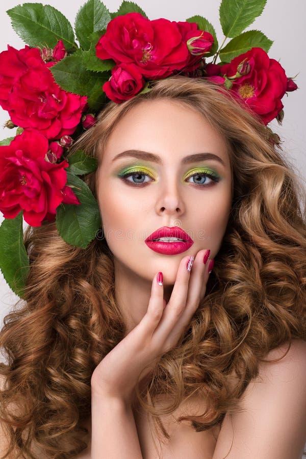 Portrait en gros plan de beauté de jeune jolie fille avec la guirlande de fleur photographie stock libre de droits