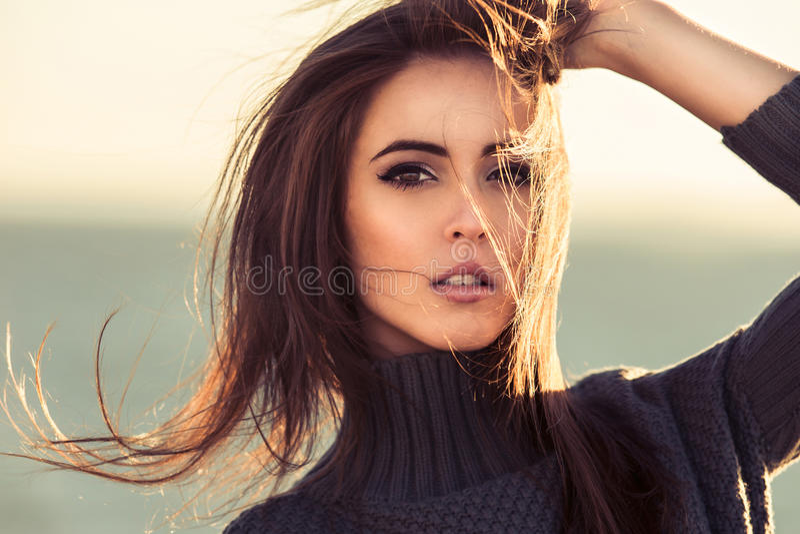 Portrait en gros plan de belle femme de brune dehors images libres de droits