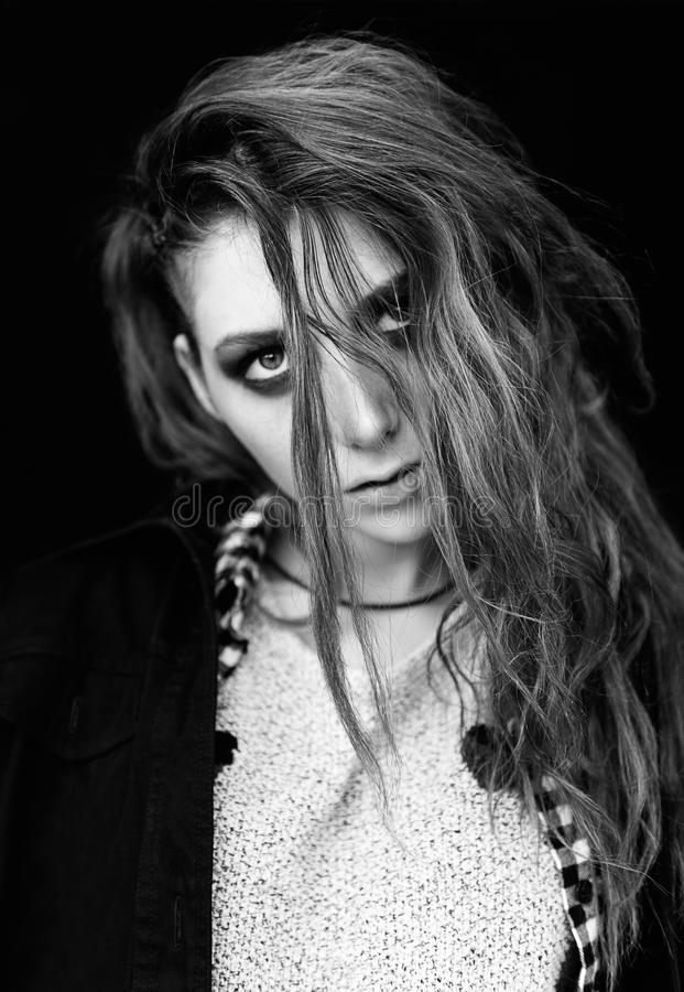 Portrait en gros plan de belle fille grunge triste de roche Rebecca 36 photo stock