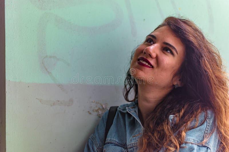 Portrait en gros plan de belle jeune femme photo stock