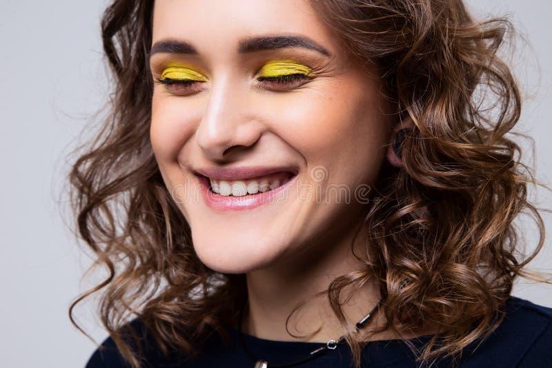 Portrait en gros plan de belle jeune fille avec le maquillage et les cheveux bouclés photographie stock libre de droits