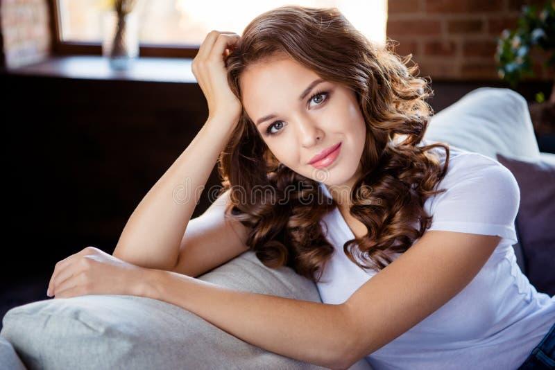 Portrait en gros plan de elle elle belle dame aux cheveux ondulés élégante avec du charme aimable douce attirante jolie s'asseyan photos libres de droits