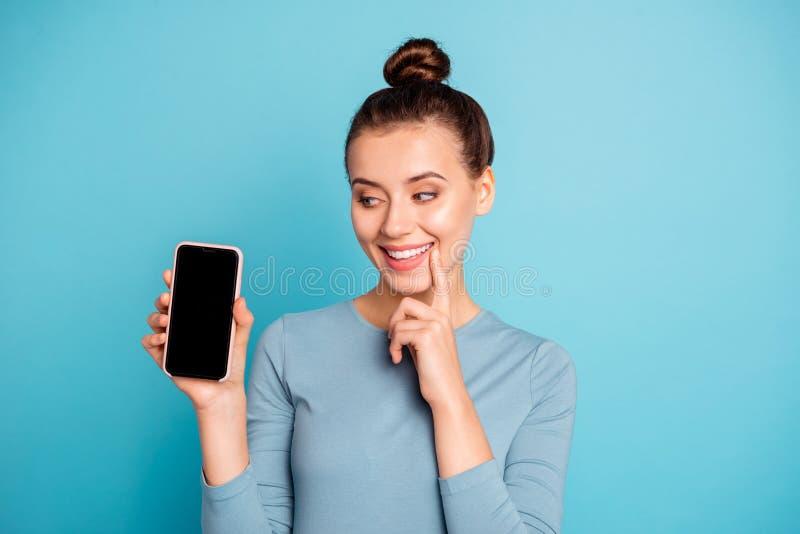 Portrait en gros plan de elle elle belle fille gaie gaie attirante séduisante douce adorable jolie se tenant dans des mains photos libres de droits