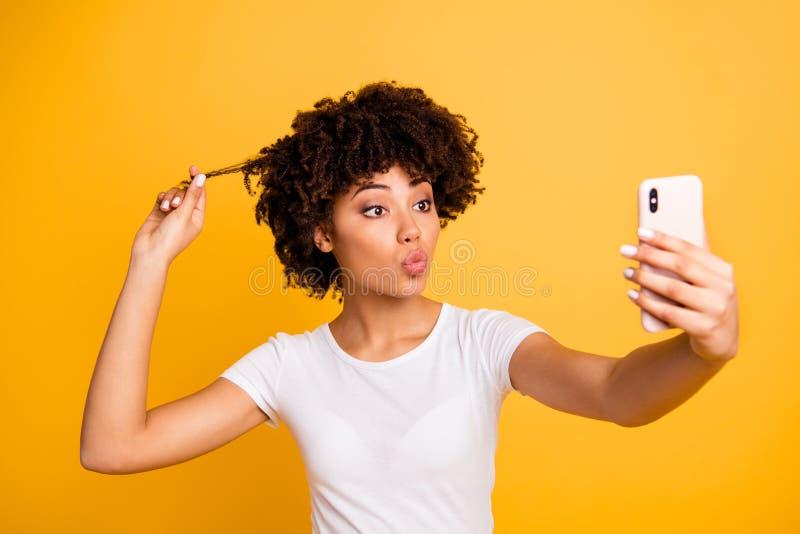 Portrait en gros plan de elle elle belle participation aux cheveux ondulés drôle gaie attrayante mignonne gentille de dame dans l photos stock