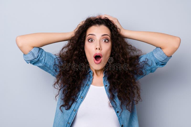 Portrait en gros plan de elle elle belles mains aux cheveux ondulés choquées effrayées effrayées folles attrayantes avec du charm image stock