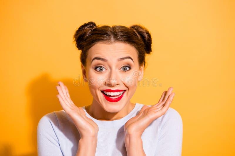 Portrait en gros plan de elle elle fille de l'adolescence fascinante drôle gaie gaie optimiste séduisante attirante jolie batta images libres de droits