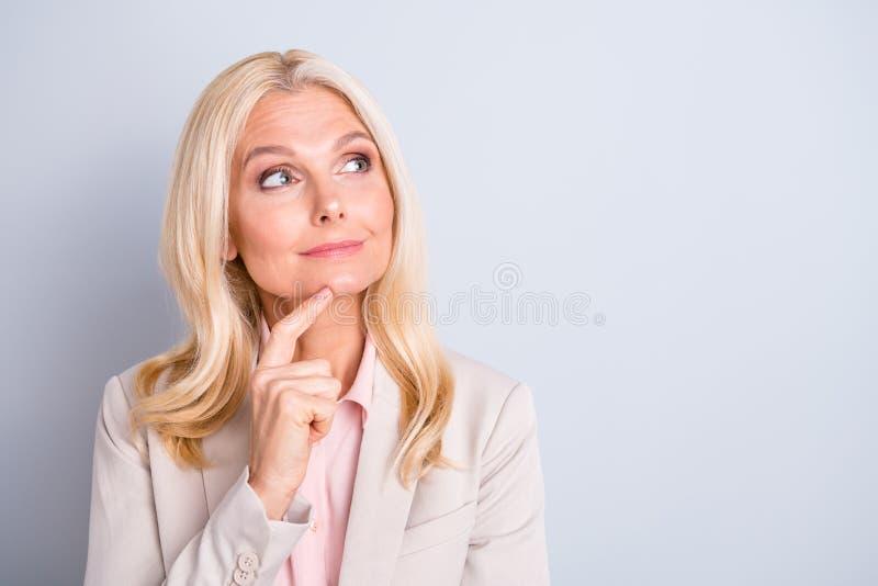 Portrait en gros plan de elle elle gentil Directeur adjoint exécutif focalisé élégant avec du charme attirant de dame aux cheveux images stock