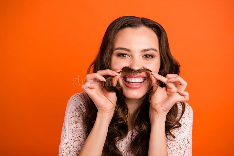 Portrait en gros plan de elle elle gentille belle heureuse fille aux cheveux ondulés gaie gaie de fille comique attirante dupant photos stock