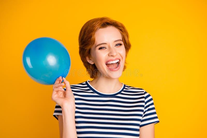 Portrait en gros plan de elle elle gentille belle heureuse fille gaie gaie attirante avec du charme avec l'anniversaire bleu de b photo stock