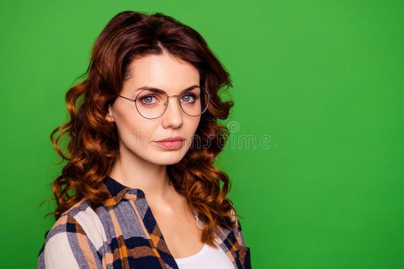 Portrait en gros plan de elle elle port aux cheveux ondulés de fille de gentil beau joli ballot franc sérieux attirant séduisant  photo stock