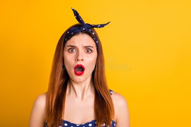 Portrait en gros plan de elle qu'elle gentille fille aux cheveux droits perplexe effrayée attirante montrant l'expression du visa image stock