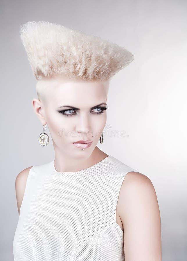 Portrait en gros plan de femme blonde punk créative photo stock