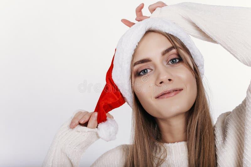 Portrait en gros plan de femme blonde de sourire en Santa Claus Hat images libres de droits