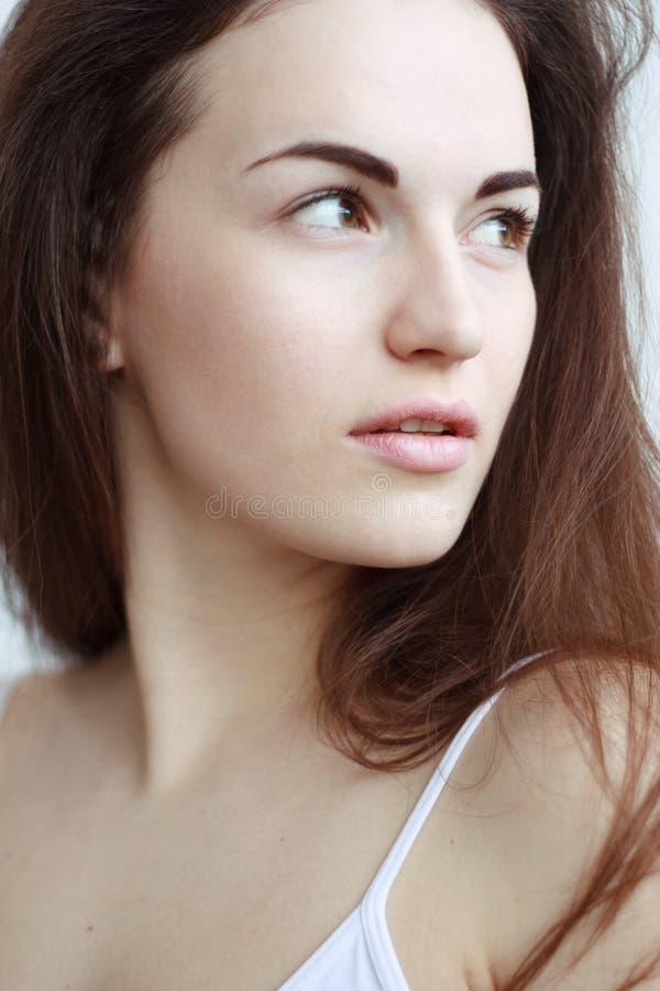 Portrait en gros plan de femme songeuse avec de longs cheveux photos libres de droits