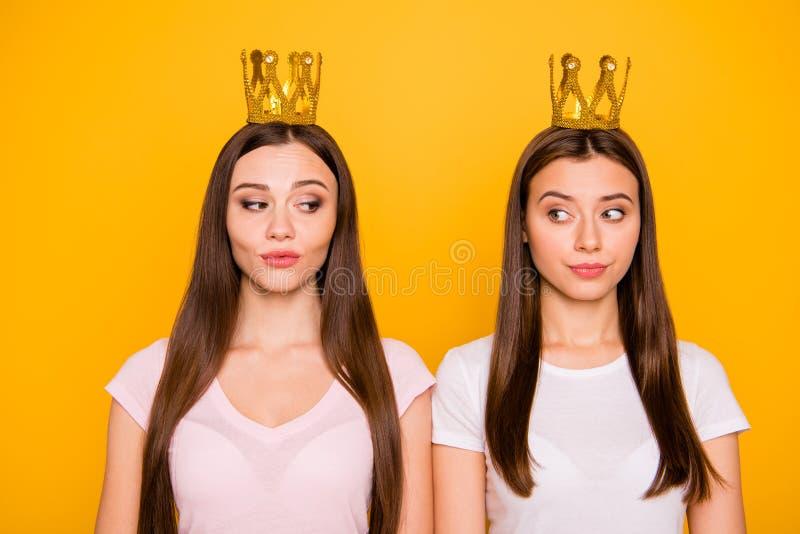 Portrait en gros plan de gentilles belles filles aux cheveux droits fières hautaines sûres attirantes féminines de fille avec du  images stock