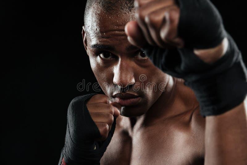 Portrait en gros plan de jeune boxeur afro-américain, montrant ses poings image libre de droits