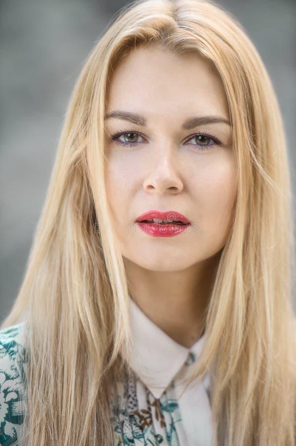 Portrait en gros plan de jeune femme blonde sensuelle en parc photos stock