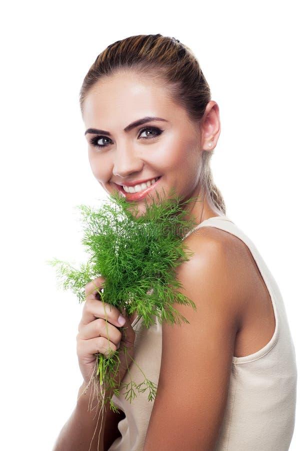 Femme avec des herbes de paquet (aneth) photo stock