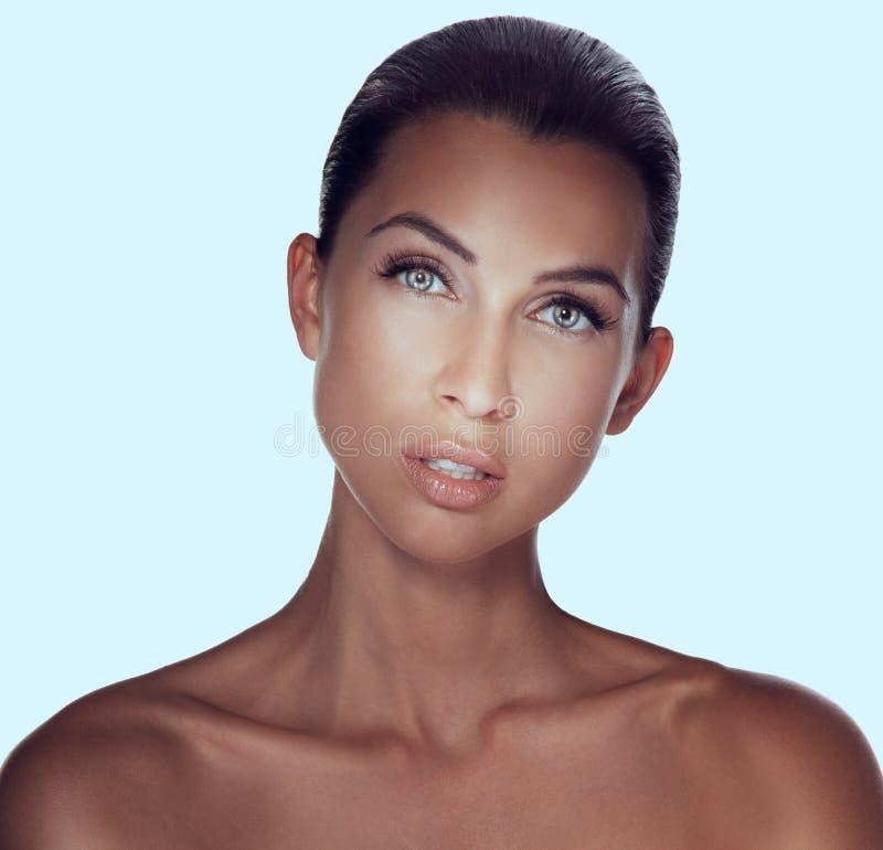 Portrait en gros plan de jeune femme sexy de brune avec le beau GR photos libres de droits