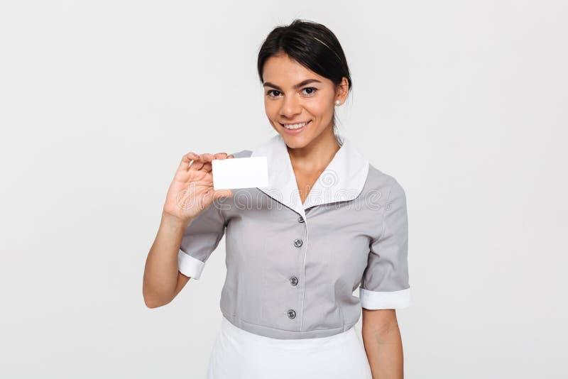 Portrait en gros plan de jeune femme de sourire de brune dans l'unifor de domestique image stock