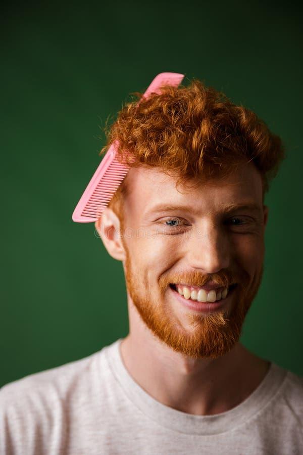 Portrait en gros plan de jeune homme de readhead de rires avec le hairbru rose photos stock