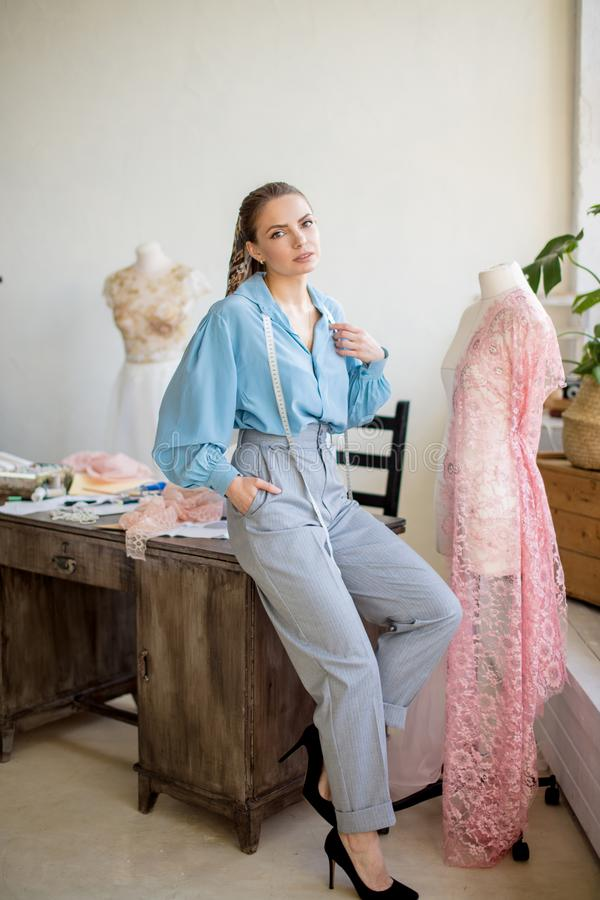Portrait en gros plan de jeune ouvrière couturière ou couturière un son lieu de travail photographie stock libre de droits