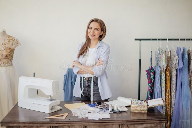 Portrait en gros plan de jeune ouvrière couturière ou couturière un son lieu de travail images stock