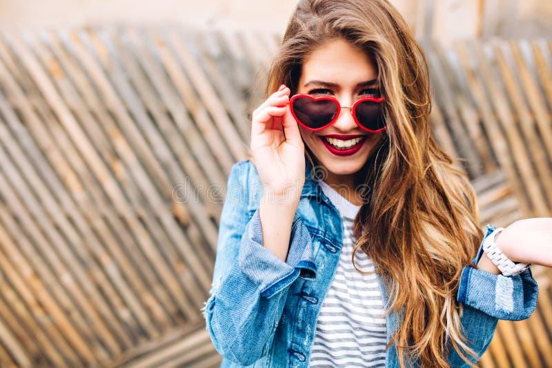 Portrait en gros plan de la fille de sourire européenne blanche avec de longs cheveux et lèvres rouges La jeune femme riante atti photo libre de droits