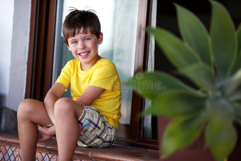 Portrait en gros plan de petit garçon gai photo libre de droits