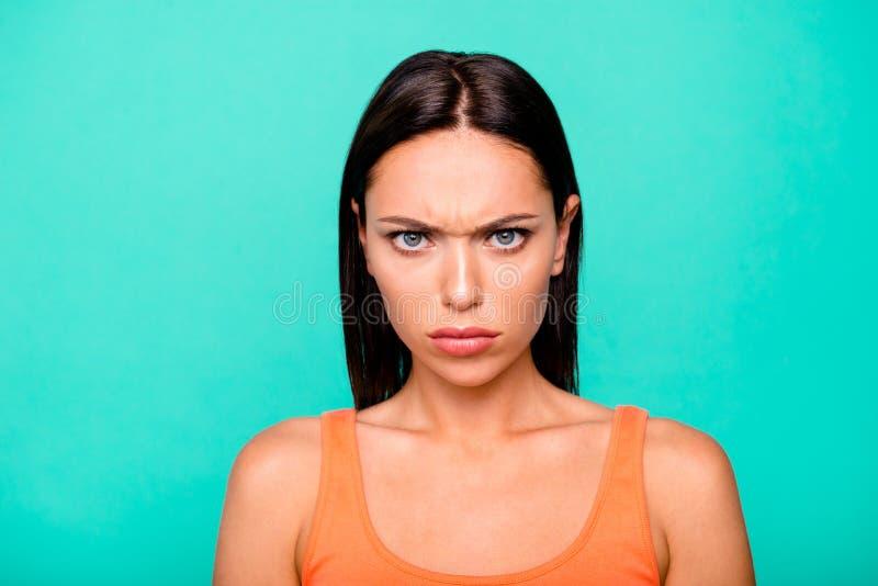 Portrait en gros plan de photo très de fâché avec le visage de froncement de sourcils elle sa dame vous regardant fond en past photo stock