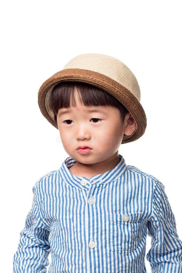 Portrait en gros plan de studio d'un enfant masculin asiatique est complètement de l'inquiétude image libre de droits